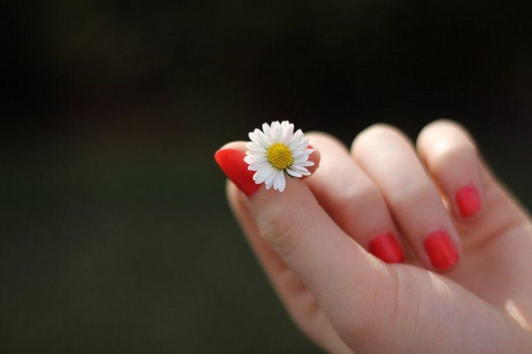 pielęgnacja paznokci - kiedy używać oliwki do skórek?
